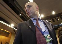 Министр финансов России Антон Силуанов перед встречей в Вашингтоне, 21 апреля 2012 года. Российские власти решили не экономить в ближайшие два года и продолжать до 2015 года бюджетную политику, которую критики называют рискованной ставкой на дорогую нефть в условиях надвигающегося кризиса в Европе. REUTERS/Yuri Gripas