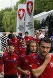 Игроки сборной Чехии перед тренировкой на стадионе во Вроцлаве, 20 июня 2012 года. Матч 1/4 финала чемпионата Европы между сборными Чехии и Португалии состоится в четверг в Варшаве. REUTERS/Petr Josek