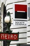 <p>Les valeurs bancaires, qui avaient reculé dans les premiers échanges, poursuivent leur rebond ce vendredi à la Bourse de Paris à la mi-journée, au lendemain d'une de l'abaissement par Moody's des notes de crédit de 15 des principales banques mondiales, dont trois établissements français -BNP Paribas, Société Générale et Crédit agricole- qui figuraient parmi les principales hausses du CAC 40 à la mi-séance. /Photo d'archives/REUTERS/Charles Platiau</p>