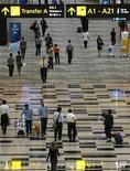 Пассажиры в терминале 3 сингапурского аэропорта Changi 9 января 2008 года. Оператор главной воздушной гавани Сингапура Changi Airport, Сбербанк и Basic Element Group Олега Дерипаски создали СП для вложений в российские аэропорты в преддверии Олимпиады-2014 в Сочи и чемпионата мира по футболу 2018 года. REUTERS/Vivek Prakash