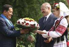 Президент Венесуэлы Уго Чавес и лидер Белоруссии Александр Лукашенко встречаются в Минске 23 июля 2008 года. Белоруссия с июня полностью прекратила поставки венесуэльской нефти, которые помогли ей во время ожесточенных ценовых споров с Россией в 2010-2011 годах, сказал в пятницу первый вице-премьер Владимир Семашко. REUTERS/Miraflores Palace/Handout