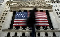 <p>Wall Street tentait de rebondir vendredi à l'ouverture après sa lourde chute de la veille, la multiplication des signes de ralentissement de l'économie mondiale plombant les perspectives de bénéfices des entreprises et le moral des investisseurs. Après quelques minutes d'échanges, le Dow Jones regagnait 0,36%, le S&P-500 prenait 0,35% et le Nasdaq progressait de 0,45%. /Photo d'archives/REUTERS/Brendan McDermid</p>