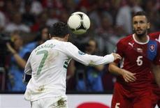 Cristiano Ronaldo, de Portugal, marca gol de cabeça em partida contra República Tcheca nas quartas-de-finais da Eurocopa, no Estádio Nacional em Varsóvia. 21/06/2012 REUTERS/Peter Andrews