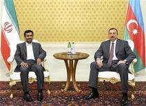 Президент Ирана Махмуд Ахмадинежад и лидер Азербайджана Ильгам Алиев на встрече в Баку 17 ноября 2010 года. Иранский посол спустя месяц после отзыва на родину в понедельник вернулся в Азербайджан, что стало редким признаком ослабления напряженности в отношениях исламской республики и ее светского соседа. REUTERS/Vugar Amrullaev