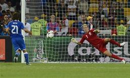 Andrea Pirlo, da Itália, marca gol de pênalti contra a Inglaterra em partida das quartas-de final da Eurocopa no Estádio Olímpico em Kiev. 24/06/2012 REUTERS/Nigel Roddis