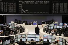 Трейдеры на торгах фондовой биржи во Франкфурте-на-Майне 25 июня 2012 года. Европейские рынки акций показали самое большое дневное снижение за последние более чем 2 недели в понедельник на фоне опасений того, что саммит Евросоюза в Брюсселе на этой неделе не принесет новых методов борьбы с долговым кризисом региона. REUTERS/Remote/Pawel Kopczynski