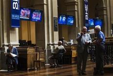 Трейдеры на Мадридской фондовой бирже, 26 июня 2012 года. Европейские рынки акций закрылись практически без изменений на торгах вторника, застыв у минимума одной недели, так инвесторы вновь засомневались, что политики разработают новые меры для борьбы с кризисом на фоне растущих опасений касательно замедления мирового роста. REUTERS/Susana Vera