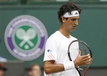 O brasileiro Thomaz Bellucci reage durante uma partida de tênis contra o espanhol Rafael Nadal nos campeonatos de Wimbledon, em Londres, na Inglaterra, 26/06/2012 REUTERS/Stefan Wermuth