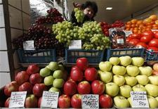 Прилавок с фруктами и овощами на рынке в Санкт-Петербурге, 5 апреля 2012 года. Инфляция в РФ с 1 по 25 июня составила 0,5 процента по сравнению с 0,2 процента за июнь 2011 года, сообщил Росстат в среду. REUTERS/Alexander Demianchuk