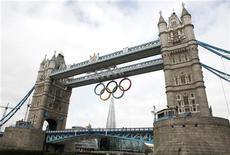 Os Anéis Olímpicos são pendurados na Tower Bridge no centro de Londres, no Reino Unido. 27/06/2012 REUTERS/Andrew Winning