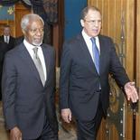 Кофи Аннан (слева) идет на встречу вместе с министром иностранных дел России Сергеей Лавровым в Москве, 25 марта 2012 года. Россия наряду с другими крупными державами поддержала идею Кофи Аннана создать сирийский кабинет национального единства, куда войдут члены правительства и представители оппозиции, заявили послы. REUTERS/Sergei Ponomarev/Pool