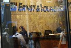 Сотрудники компании Ernst & Young работают в офисе в Нью-Йорке, 28 апреля 2008 года. На мировых рынках IPO наблюдается положительная динамика по сравнению с данными за первый квартал 2012 года, к такому выводу пришла компания Ernst&Young в обзоре мировых рынков IPO за апрель-июнь. REUTERS/Shannon Stapleton