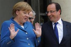 Канцлер Германии Ангела Меркель и президент Франции Франсуа Олланд перед встречей в Елисейском дворце в Париже 27 июня 2012 года. Лидеры Евросоюза направляются на саммит в Брюсселе более разобщенными, чем когда-либо с начала кризиса еврозоны: непохоже, что жесткая позиция Германии в отношении предложения о поддержке долга соседей по ЕС хоть сколько-нибудь смягчилась. REUTERS/Philippe Wojazer