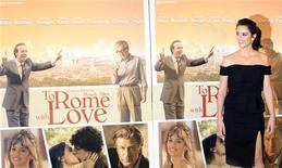 """Atriz espanhola Penélope Cruz posa durante sessão de fotos para o filme """"Para Roma, Com Amor"""", de Woody Allen, em Roma, na Itália. 13/04/2012 REUTERS/Stefano Rellandini"""