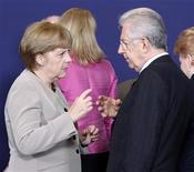 Канцлер Германии Ангела Меркель разговаривает с итальянским премьером Марио Монти во время саммита лидеров ЕС в Брюсселе 28 июня 2012 года. Лидеры еврозоны в пятницу договорились принять экстренные меры для снижения стремительно растущей стоимости займов Италии и Испании и создать единый надзорный орган для банков еврозоны к концу этого года. REUTERS/Sebastien Pirlet