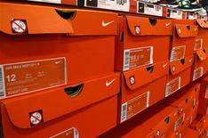 Коробки со спортивной обувью Nike на полках магазина в Энсинитасе, штат Калифорния, 20 марта 2012 года. Квартальные результаты Nike Inc впервые за как минимум два года оказались хуже прогнозов из-за увеличения расходов и роста стоимости сырья, сказавшихся на марже. REUTERS/ Mike Blake