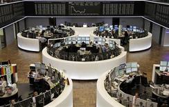 Помещение Франкфуртской фондовой биржи, 28 июня 2012 года. Европейские рынки акций открылись ростом, так как лидеры Европы договорились о ряде мер по борьбе с долговым кризисом еврозоны. REUTERS/Remote/Amanda Andersen