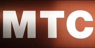 """Логотип МТС, сфотографированный в Москве, 25 февраля 2010 года. Власти Узбекистана заподозрили руководство """"дочки"""" крупнейшего сотового оператора России и СНГ МТС в отмывании денег и неуплате налогов и задержали топ-менеджеров компании, существенно затруднив работу МТС в центральноазиатской республике. REUTERS/Sergei Karpukhin/Files"""