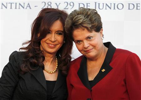Argentina's President Cristina Fernandez de Kirchner (L) and her Brazilian counterpart Dilma Rousseff pose for a photograph before the Mercosur trade bloc presidential summit in Mendoza June 29, 2012. REUTERS/Enrique Marcarian