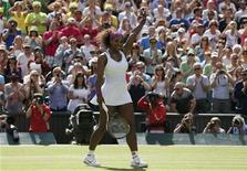 A norte-americana Serena Williams comemora após derrotar a chinesa Zheng Jie numa partida em Wimbledon, em Londres, na Inglaterra. 30/06/2012 REUTERS/Stefan Wermuth