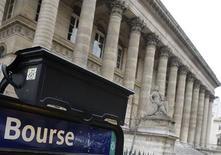 <p>Les principales Bourses européennes ont ouvert en légère hausse lundi, l'euphorie liée à l'accord européen intervenu la semaine dernière à Bruxelles se dissipant. À Paris, le CAC 40 progressait de 0,44% à 3.210,77 points. /Photo d'archives/REUTERS/Régis Duvignau</p>