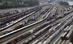 Поезда стоят на ж/д сообщении в городе Суррей, Британская Колумбия, 21 июня 2012 года. Один из крупнейших работающих в России частных железнодорожных операторов Глобалтранс сообщил о росте своего вагонного парка в полтора раза в первом полугодии за счет покупки 10.000 вагонов и приобретения Металлоинвесттранса. REUTERS/Andy Clark