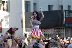 """A cantora e membro do elenco Katy Perry apresenta-se na estreia de """"Katy Perry: Part of Me"""" no Grauman's Chinese Theatre em Hollywood, California, nos Estados Unidos. 26/06/2012 REUTERS/Mario Anzuoni"""