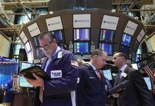 Трейдеры на Нью-Йоркской фондовой бирже, 16 апреля 2012 года. Американские акции выросли в понедельник, не приняв во внимание неожиданное сокращение производственного сектора США, которое многие инвесторы восприняли как сигнал, что ФРС примет новые меры для поддержки экономики. REUTERS/Brendan McDermid