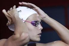 A francesa Laure Manaudou ajusta sua touca antes da semi-final feminina de 200 metros, no Campeonato Francês de Natação, em Dunkerque, norte da França. 23/03/2012 REUTERS/Pascal Rossignol