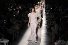 Modelos exibem criações do estilista alemão Karl Lagerfeld para a Chanel durante desfile da coleção de alta costura outono/inverno 2012/2013 em Paris, na França, nesta terça-feira. 03/07/2012 REUTERS/Benoit Tessier