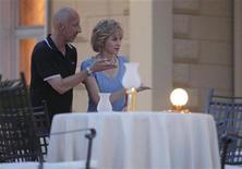 """<p>La actriz Naomi Watts y el director Oliver Hirschbiegel en los escenarios del filme """"Caught in Flight"""" en Opatija, Croacia, jul 3 2012. La compañía cinematográfica Ecosse Films difundió el miércoles la primera imagen de la actriz británica Naomi Watts en el papel de la Princesa de Gales para la película """"Diana"""", que se estrenará el próximo año. REUTERS/Antonio Bronic</p>"""