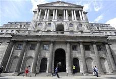 Люди проходят мимо Банка Англии в Лондоне, 15 июня 2012 года. Банк Англии в четверг начал третий раунд количественного смягчения, объявив, что выкупит активы еще на 50 миллиардов фунтов, чтобы помочь экономике выйти из рецессии. REUTERS/Paul Hackett