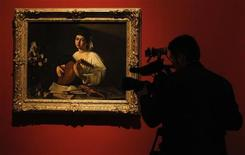 """Um cinegrafista registra """"Suonatore di liuto"""", uma obra de Caravaggio, durante exibição para a imprensa no Museu do Prado, em Madri, na Espanha, em novembro do ano passado. 04/11/2011 REUTERS/Andrea Comas"""