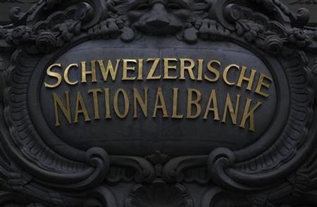 7月6日、スイス国立銀行(中央銀行、SNB)によると、6月の外貨準備は19%増加。SNBがフランの対ユーロ相場上限を守るため、大規模な為替介入を強いられたことが明らかに。写真はSNBのロゴ。ベルンで昨年7月撮影(2012年 ロイター/Pascal Lauener)