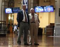 Трейдеры на Мадридской фондовой бирже, 6 июля 2012 года. Европейские акции снижаются на фоне фиксации прибыли после пяти недель роста. REUTERS/Andrea Comas