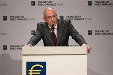 Йорг Асмуссен во время выступления во Франкфурте-на-Майне, 14 ноября 2011 года. Европейский Центробанк (ЕЦБ) ограничен в действиях, поэтому именно правительства должны проводить структурные реформы в экономиках, чтобы в долгосрочной перспективе привести их в порядок, сообщил в пятницу член Управляющего совета ЕЦБ Йорг Асмуссен. REUTERS/Alex Domanski