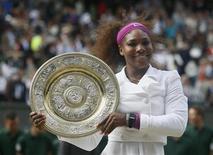 A norte-americana Serena Williams segura seu trofeu após derrotar Agnieszka Radwanska, da Polônia, na final feminina de Wimbledon, em Londres. 07/07/2012 REUTERS/Stefan Wermuth