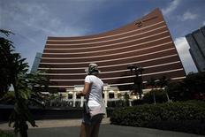 A visitor walks in front of the Wynn Macau resort in Macau June 5, 2012. REUTERS/Bobby Yip
