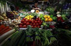Женщина продает овощи на рынке в Пекине, 1 июня 2012 года. Инфляция в Китае замедлилась в июне намного сильнее, чем ожидалось, сигнализируя о падении спроса на товары второй мировой экономики и вероятности введения Пекином новых антикризисных мер. REUTERS/David Gray