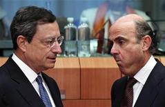 Президент ЕЦБ Марио Драги (слева) и министр финансов Испании Луис де Гиндос на встрече в Брюсселе, 9 июля 2012 года. Министры финансов еврозоны решили во вторник дать Испании дополнительный год на достижение оговоренного сокращения дефицита в обмен на дальнейшее снижение бюджетных затрат. REUTERS/Francois Lenoir