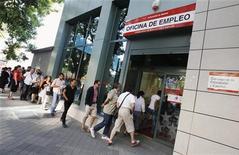 <p>Agence pour l'emploi à Madrid. L'OCDE voit le chômage se maintenir à un niveau élevé dans les pays développés au moins jusqu'à la fin 2013 et les jeunes et les travailleurs non qualifiés payer le prix le plus fort de la reprise économique la plus lente depuis quatre décennies. /Photo prise le 3 juillet 2012/REUTERS/Andrea Comas</p>