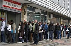 Люди стоят в очереди в государственный центр по трудоустройству в Мадриде, 5 января 2010 года. Безработица в развитых экономиках будет высокой по меньшей мере до конца 2013 года, при этом молодые люди и неквалифицированные работники примут на себя основной удар, сообщила во вторник Организация экономического сотрудничества и развития. REUTERS/Paul Hanna