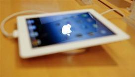 <p>Foto de archivo del logo de Apple reflejado en la pantalla de un iPad en una tienda de Mumbai, abr 27 2012. La última versión del iPad de Apple finalmente llegará a las tiendas de China el 20 de julio, meses despúes de que el modelo más nuevo de la tableta saliera a la venta en todo el mundo, dijo el martes la compañía. REUTERS/Vivek Prakash</p>