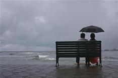 Пара сидит на скамейке на побережье в индийском городе Коччи, 29 мая 2011 года. Большинство людей хоть раз в жизни оказывались в ситуации, когда свидание проходит не так, как было запланировано, а деться некуда. Вариант спасения с помощью имитации важного входящего звонка дает новое приложение для смартфонов. REUTERS/Sivaram V.