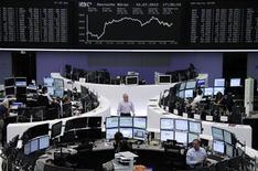 <p>Les Bourses européennes ont ouvert en léger recul mercredi, affectées par les inquiétudes concernant le ralentissement de la croissance mondiale et son impact sur les résultats de sociétés, notamment dans le secteur du luxe, où Burberry a annoncé une croissance décevante. L'indice CAC 40 perdait 0,65% à 3.155,29 points vers 9h50 et à Francfort, le Dax cédait 0,35%. /Photo prise le 10 juillet 2012/REUTERS/Remote/Tobias Schwarz</p>