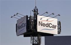 Логотип NedCar на крыше фабрики Mitsubishi в Борне, 7 февраля 2012 года. Японский автопроизводитель Mitsubishi Motors Corp сообщил в среду о намерении продать свой единственный завод в Западной Европе за 1 евро при условии сохранения 1.500 рабочих мест. REUTERS/Michael Kooren