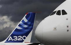 """<p>Le """"nez"""" d'un Airbus A380 devant l'aile d'un A320 au salon de Farnborough. China Aircraft Leasing s'est engagé à acheter 36 Airbus A320. /Photo prise le 10 juillet 2012/REUTERS/Luke MacGregor</p>"""