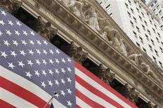 <p>Les marchés boursiers américains ont ouvert en léger repli mercredi, poursuivant une série de quatre séances de baisse d'affilée, dans l'attente de la publication des minutes de la dernière réunion de politique monétaire de la Fed. Dans les premiers échanges, le Dow Jones reculait de 0,14%, le S&P 500 cédait 0,14% et le Nasdaq perdait 0,25%. /Photo d'archives/REUTERS/Lucas Jackson</p>