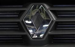 <p>Renault a revu en baisse mercredi son objectif 2012 de ventes mondiales, la vigueur de la demande à l'international, Brésil et Russie en tête, ne parvenant pas à compenser la dégradation du marché automobile français et européen. /Photo prise le 15 mai 2012/REUTERS/Maxim Shemetov</p>