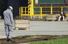 """<p>Une conférence """"grand format"""" sur l'industrie aura lieu en octobre avec pour objectif de redresser la compétitivité des entreprises françaises, a annoncé le Premier ministre Jean-Marc Ayrault mercredi aux membres de la Conférence nationale de l'industrie réunie à Bercy. /Photo d'archives/REUTERS/François Lenoir</p>"""